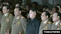 지난해 12월 김정은 국방위 제1위원장(가운데)과 김정일 국방위원장의 시신 참배에 동행한 장성택 (맨 왼쪽)과 군부 장성들. (자료사진)