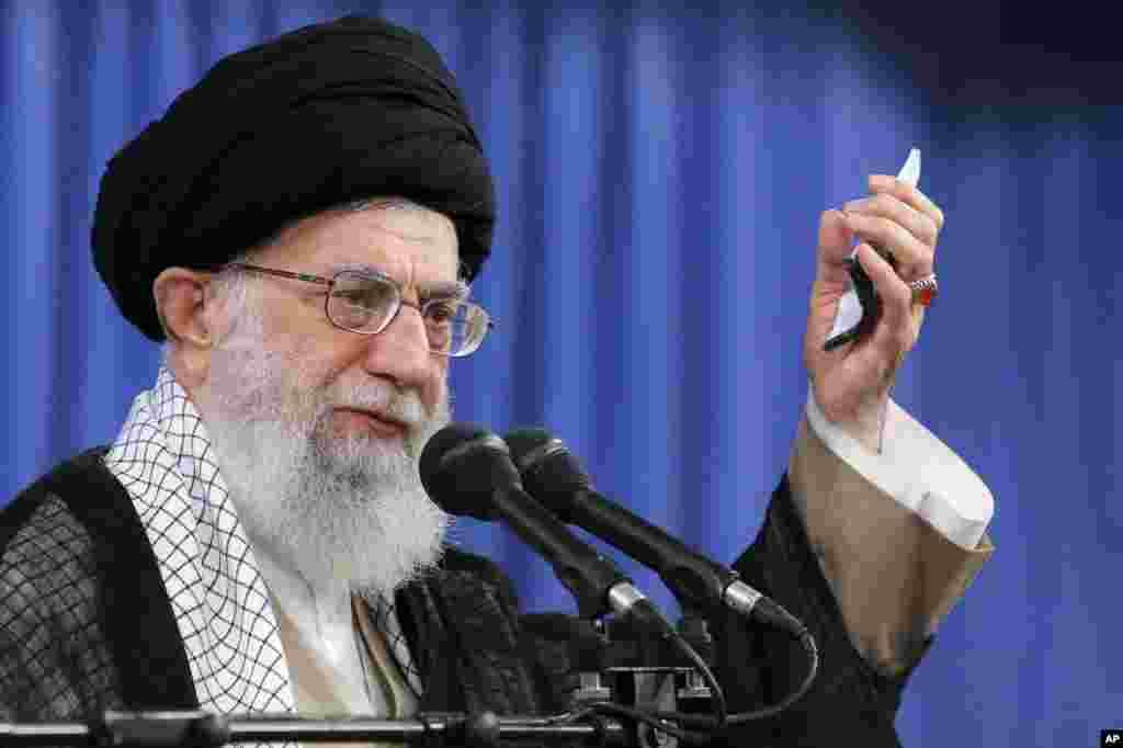 اکسپرس در گزارشی نوشته هرچند دهه هاست که مقامات تهران سعی دارند آمریکا، تحریم و دشمنان را مقصر مشکلات نشان دهند، اما معترضانی که در روزهای اخیر به خیابان آمدند، می گویند رهبران ایران مقصر مشکلات هستند. شما چه فکر می کنید؟
