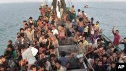 Sebuah perahu migran melewati perairan antara Malaysia dan Sumatera (foto: dok).