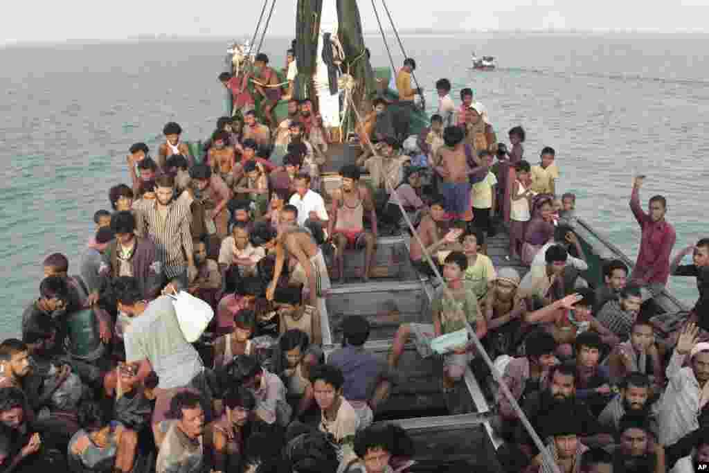 کشتی حامل مسلمانان فراری روهینگیای برما در سواحل اندونیزیا
