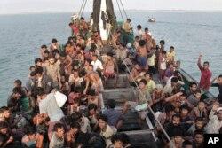 Căng thẳng sắc tộc và sự đàn áp người Rohingya ở Myanmar đã làm gia tăng số phụ nữ và trẻ em tham gia những chuyến vượt biên.