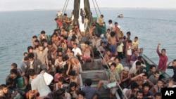 Thuyền nhân Rohingya chờ được giải cứu ngoài khơi Đông Aceh, Indonesia, tháng 4/2015.