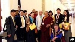 藏裔美国人和西藏支持者与国会议员沃尔夫(中围哈达者)合影