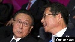 김양건 북한 대남비서 (왼쪽)와 환담하고 있는 류길재 한국 통일부 장관(오른쪽)
