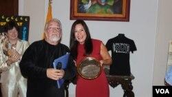 Mario Marcel, director ejecutivo y artístico del Teatro de La Luna designó a la embajadora de Ecuador presidenta honoraria del festival.