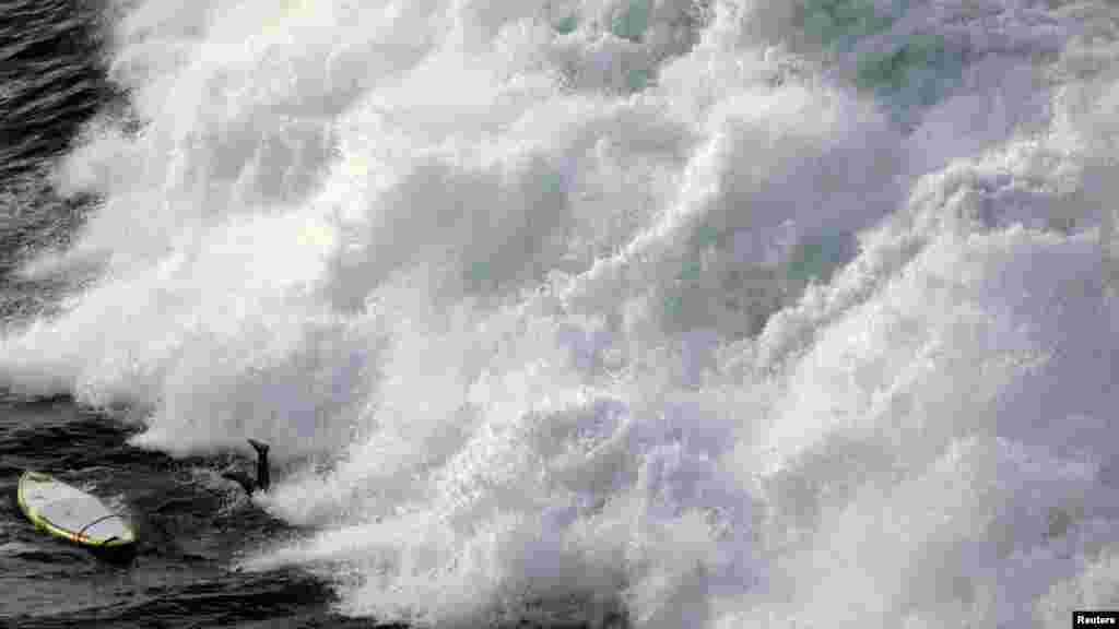 Surferu nedaleko od obale plaže Manly u Sydneyu nije uspjelo ono sto je naumio i našao se nogama u vis pred velikim talasom.