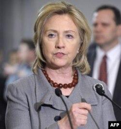 """Klinton bugun BMT Inson Huquqlari Kengashida so'zlar ekan, """"Qaddafiy ketishi kerak"""" dedi"""