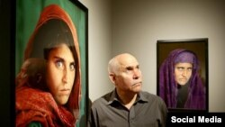 Le photojournaliste Steve McCurry devant le portrait de Sharbat Gula, cliché publié en 1985 dans National Geographic.