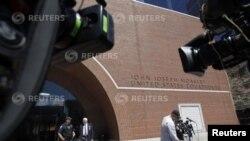 Kamere ispred federalne sudnice Džon Džozef Mokli u Bostonu, 1. maja 2013. Troje novih osumnjičenih privedeno je u okviru istrage bombaških napada za vreme Bostonskog maratona.