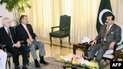 Thủ tướng Pakistan Gilani (phải) đưa ra tuyên bố vừa kể hôm qua với Chủ tịch Hạ viện Mỹ John Boehner (thứ nhì từ bên trái), đang dẫn đầu một phái đoàn quốc hội đi thăm Islamabad