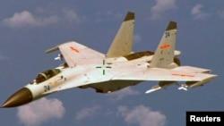 Chiến đấu cơ J-11 của Trung Quốc bay ngang bầu trời phía đông đảo Hải Nam.