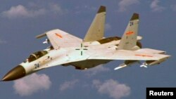 지난 19일 남중국해에서 비행 중이던 미군 P-8 초계기에서 촬영한 중국군 J-11 전투기. 중국 전투기는 미군 초계기의 9m 까지 접근하며 위협적인 비행을 했다.