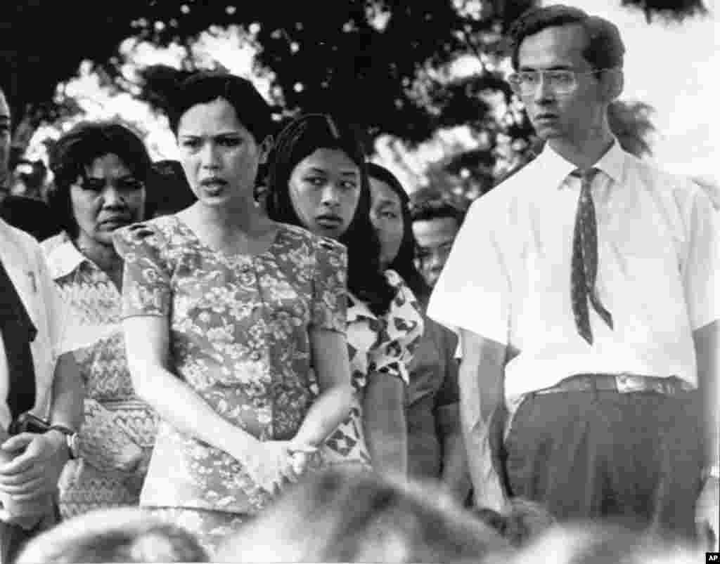 King Bhumibol Adulydej and Queen Sirikit (left) talked to 100 demonstrators in Bangkok, Oct. 15, 1973, during demonstration which resulted in fall of Thanom Kittikachorn government.