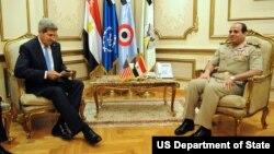 AQSh davlat kotibi Jon Kerri Qohirada Misr mudofaa vaziri general Abdul Fattoh al-Qissiy bilan uchrashmoqda, 3-noyabr, 2013-yil