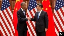 Presiden AS Barack Obama (kiri) dan Presiden China Xi Jinping berjabat tangan sebelum melakukan pertemuan di Hangzhou, Zhejiang, China, Sabtu (3/9).