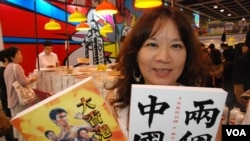 香港市民李小姐表示,不滿特首梁振英施政,今年開始在香港書展購買政治書籍 (美國之音湯惠芸)