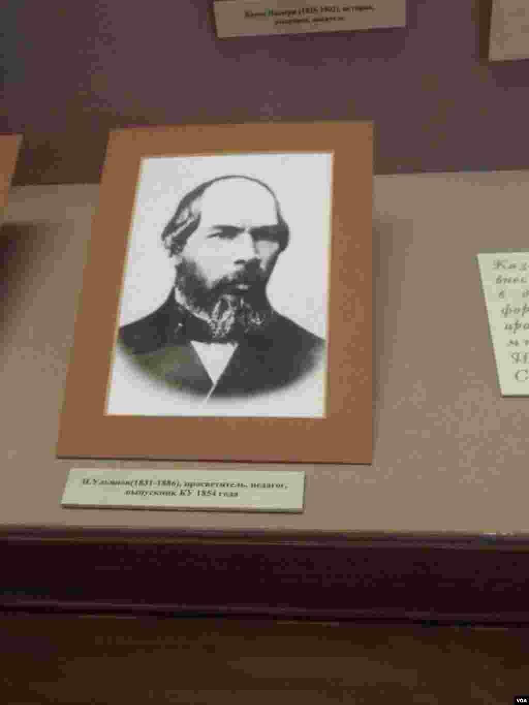 校史博物馆中陈列的列宁父亲照片(美国之音白桦)
