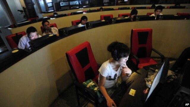 Những người sử dụng internet tại một quán cà phê internet ở thành phố Hợp Phì, tỉnh An Huy, Trung Quốc