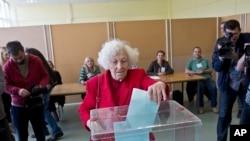 一名女选民2017年4月2日在塞尔维亚贝尔格莱德的一处投票站进行总统选举投票。