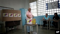 Một cử tri Venezuela bỏ phiếu bầu tổng thống tại một phòng phiều trong thủ đô Caracas, 14/4/13