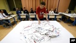 Priprema za preborajavanje glasova na jednom od glasačkih mjesta u Sarajevu, 7. oktobar 2018.