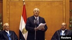 Adli Mansur polaže zakletvu na položaj predsednika prelazne vlade u Kairu, 4. jul 2013.