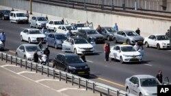 Los israelíes se bajaron de sus autos y se colocaron uno al lado del otro para honrar a las víctimas del Holocausto, el jueves, 5 de mayo de 2016.