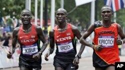 Para atlet marathon sedang berlaga di hari terakhir Olimpiade London 2012. Dari kiri: Abel Kirui (Kenya) peraih medali perak, Wilson Kipsang Kiprotich (Kenya) meraih medali perunggu dan Stephen Kiprotich (Uganda) peraih medali emas (12/8).