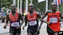 2012 런던올림픽 남자 마라톤 경기에서 금메달을 차지한 우간다의 스티븐 키프로티치(사진우측)