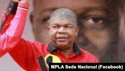 João Lourenço, candidat du pouvoir à la présidentielle angolaise, lors de la campagne électorale avec l'effigie du président sortant José Eduardo dos Santos dans le fond, Angola, 23 juillet 2017.