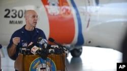 Kapten Pasukan Penjaga Pantai AS Mark Fedor memberikan keterangan dalam konferensi pers mengenai kapal kargo El Faro, di Miami, Florida (5/10).