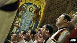 Giáo dân cầu nguyện tại buổi lễ Giáng Sinh trong thánh đường
