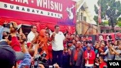 Risma dan Whisnu usai pidato kemenangan pada Pilkada Surabaya 2015 di kantor DPC PDI Perjuangan, Surabaya hari Rabu 9/12 (VOA/Petrus)