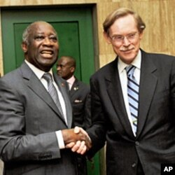 World Bank Pres. Robert Zoellick (R) is greeted by the Pres. of Ivory Coast Laurent Gbagbo at the Presidential Palace in Abidjan, 29 Jan 2010