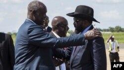 Salva Kiir, président du Soudan du Sud, est accueilli par des responsables à l'aéroport international de Juba, le 13 septembre 2018.