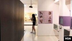전쟁의 아픔과 전쟁 속에 피해를 입은 여성들의 인권을 시민들에게 알리기 위해 지어진 '전쟁과 여성인권 박물관'에서 지난 11일 한 여학생이 전시관을 지나가고 있다.