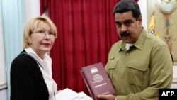 Venezuelan President Nicolas Maduro (R) talks with Attorney General Luisa Ortega Diaz during a meeting at Miraflores presidential palace in Caracas, April 1, 2017. (Presidencia de Venezuela Handout)