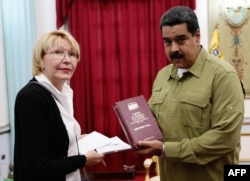 Venezuelan President Nicolas Maduro (R) talks with Attorney General Luisa Ortega Diaz during a meeting at Miraflores presidential palace in Caracas, April 1, 2017.