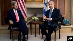 베냐민 네타냐후(오른쪽) 이스라엘 총리와 미국 존 케리 미국 국무장관이 6일 예루살렘에서 만나 대화를 나누고 있다.