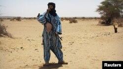 Un combattant du groupe séparatiste Touareg MNLA débout devant l'assemblée locale à Kidal, Mali, 23 juin 2013.