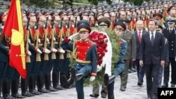 Thủ tướng Anh David Cameron (thứ nhì từ bên phải) tham dự lễ đặt vòng hoa tại ngôi mộ các chiến sĩ vô danh tại bức tường Kremlin trong chuyến thăm Moscow, ngày 12/9/2011