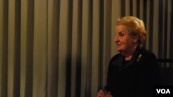 Bivša državna sekretarka Medlin Olbrajt govori ya Glas Amerike u Šarlotu, uoči konvencije Demokratske stranke (Foto: J. Featherly/VOA)