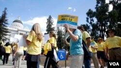 活動人士在加州首府薩克拉門托議會外舉行集會,支持醫生協助臨終病患死亡(2015年9月24日)