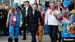 Tổng thống Nga Vladimir Putin (giữa) và Bộ trưởng Bộ đặc trách chính sách thể thao, du lich và thanh niên Vitaly Mutko đến thăm làng Olympic Sochi trước khi Thế vận hội 2014 khai mạc