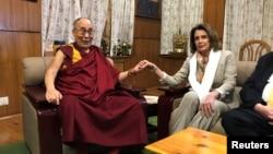 資料照片:時任眾議院少數黨領袖的南希·佩洛西在印度達蘭薩拉會晤西藏精神領袖達賴喇嘛。 (2017年5月9日)