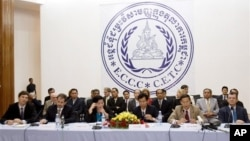 Cambodian and foreigners judges and prosecutors sit during a press conference inside the court hall of Khmer Rouge Tribunal headquarters in Phnom Penh, file photo.
