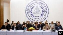 Para petugas pengadilan Khmer Merah yang disponsori PBB memberikan keterangan pers di Phnom Penh, Kamboja (foto: dok).
