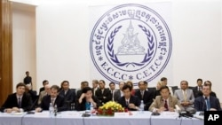 Cambodian and foreigners judges and prosecutors sit during a press conference inside the court hall of Khmer Rouge Tribunal headquarters in Phnom Penh, Cambodia, Wednesday, June 13, 2007. Cambodian and international judges announced guiding rules for a U.