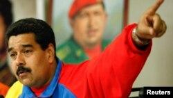 El presidente venezolano Nicolás Maduro habla durante una cadena nacional desde el palacio de Miraflores.