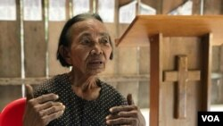 Im Chaem, a former Khmer Rouge cadre, talks VOA Khmer about the land she has dedicated to build a church, in Anlong Veng district, Oddar Meanchey province, on Dec. 12, 2019. (Hul Reaksmey/VOA Khmer